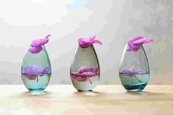 零れ落ちた花弁や花びらを、小さなベースで受け止めて。水の分量をやや少なめにするのが美しく見えるコツ。