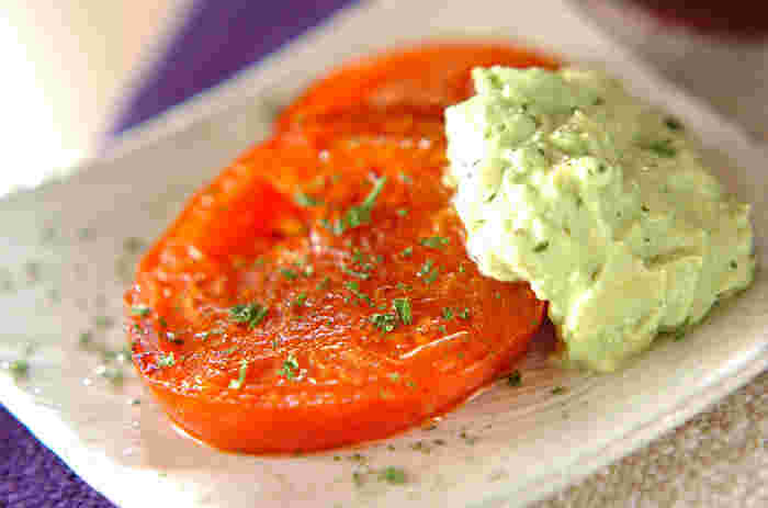 トマトの味を存分に楽しみたい人にはこちら。厚さ1.5~2㎝くらいに切ったトマトに、アボカドとマヨネーズを使ったソースをかけています。ほんとうにトマトを焼いただけなのですが、だからこそ美味しい。加熱すると崩れやすいので強火でさっと焼くのが形を綺麗に保つコツ。