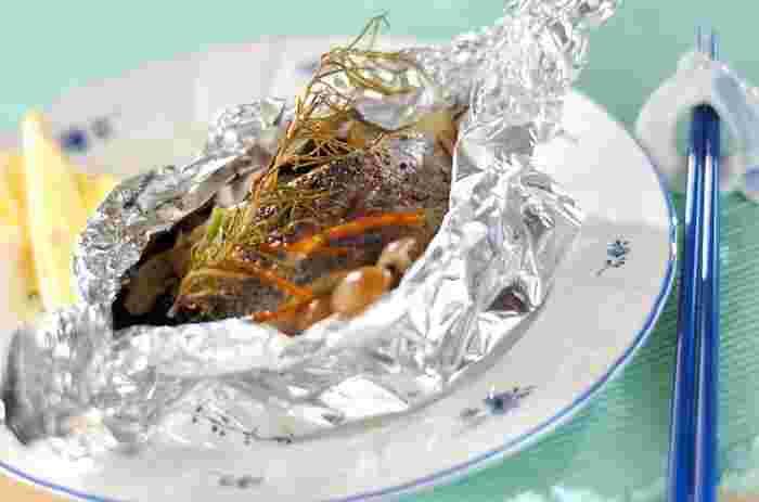 白身魚をオーブンでじっくりと焼いて作るパピヨット(包み焼)のレシピ。にんじんやシメジなど、野菜もたっぷり!贅沢なのに、栄養バランスもバッチリ!