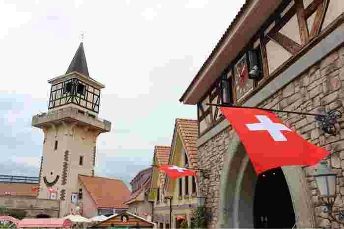 スイス国旗や赤いレンガなど、まるで海外にいる気分♪ハイジがアルムおんじと過ごした山小屋を再現した建物もあり、歩いているだけでも楽しめます。