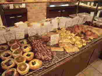 サニーサイド吹田南千里本店内は、それほど広くはないものの、お惣菜パンから甘いスイーツパンまで豊富な種類のパンがずらりと並んでいます。