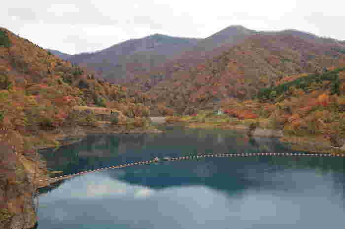 四万温泉の最奥にある人造湖・奥四万湖。1周4kmの湖畔は秋の紅葉の名所として知られ、光の加減や時間帯によって1日のうち何度となく変わる湖水の色は、見る人の心を引き付けて離しません。
