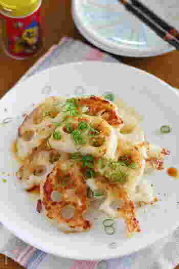 レンコンをマヨネーズで炒めただけの簡単レシピ。マヨネーズのコクがレンコンに絡まり、外はカリっと、中はシャキシャキで癖になる美味しさです。