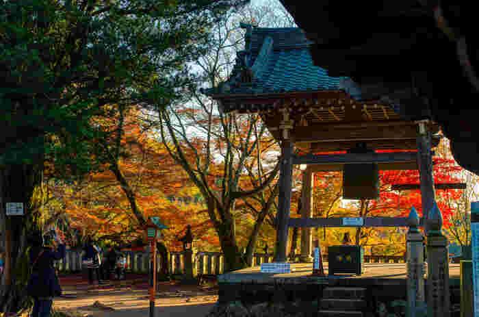 いつも大勢の人で賑わう京都市内から離れ、静かでひっそりとした佇まいをした寂光院では、落ち着いて紅葉見物を楽しむことができます。