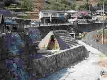 「明礬 湯の里(みょうばん ゆのさと)」という、明礬温泉で最も大きな敷地を持つ名所へ。  「明礬 湯の里」には、明礬温泉ならではの温泉(露天風呂や家族風呂など)があるのですが、そのほか、このような茅葺屋根の小屋が点在しています。  実はこちらも、立派な観光名所。