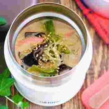 おにぎりだけでは足りない時におすすめの春雨スープです。野菜たっぷりでもスープだけでは物足りない時に、春雨が入っていると満足度が高いですよね。調理も下茹でする必要がないのでとても簡単にできあがります。