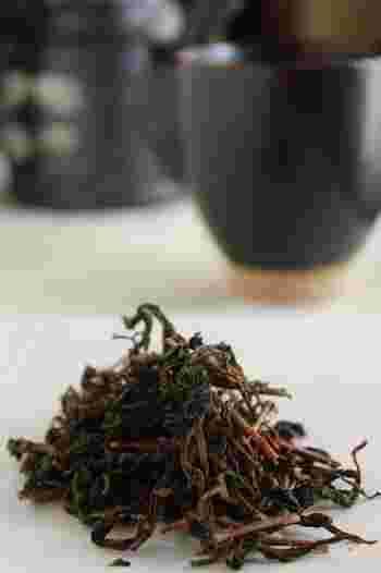 食事時に頂くのなら、緑茶よりも、あっさりとした口当たりの「ほうじ茶」を。洋食でも和食でも中華料理でも何でも合います。