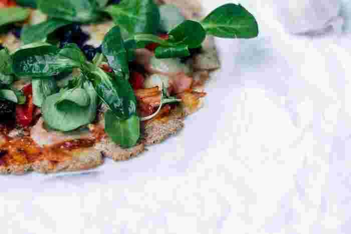 ルッコラは、ごまのような風味といわれるサラダに人気の野菜。1ヵ月くらいで、ほぼ確実に発芽してくれるそうですよ。種まきも真夏と冬以外なら大丈夫です。とりあえず、ここから始めるのもいいですね。
