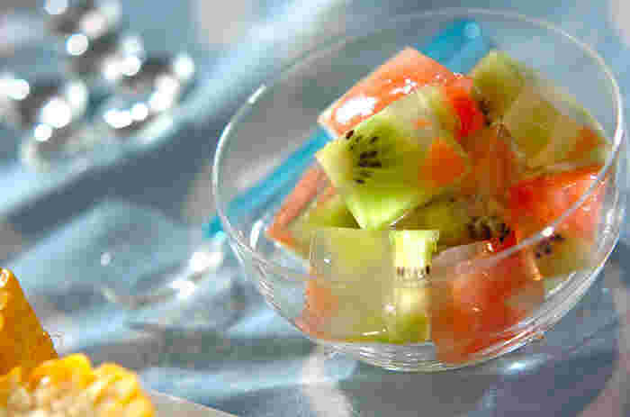 キウイとグレープフルーツを寒天で固めたスイーツです。寒天は実は食物繊維が豊富なんですよ。そして、キウイやグレープフルーツ以外にも、季節のフルーツなら色々アレンジできちゃいます。作っておくと、ふと甘いものが食べたい時に口に入れられますよ。