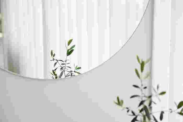 壁に鏡があるとその壁の向こう側にまだお部屋があるように見えます。もし大きな鏡を壁に取り付ける場合は、7の簡単シェルフで紹介したホチキスだけで固定できる「壁美人」を使うと壁に大きな穴を開ける心配はありません。