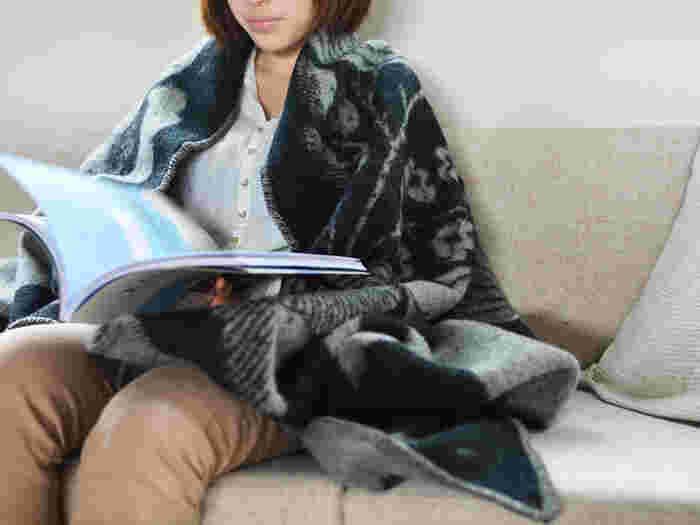 鹿児島睦さんとフィンランドのテキスタイルメーカーLAPUAN KANKURIT(ラプアン カンクリ)社がコラボしたウールブランケットです。動物柄にほっこり癒されます。寒い季節の読書にぴったりですね。