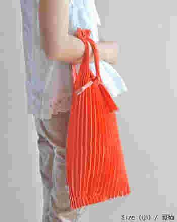 例えば、「照柿(小)」。シンプルなお洋服のアクセントには、こんなビビッドなカラーがおすすめ。鮮やかな中にも、和の色ならではの渋みや落ち着きがあり、派手になりすぎません。
