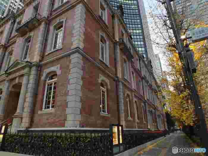ジョサイア・コンドル設計の三菱一号館を復元したのが現代の三菱一号館美術館。ヨーロッパのような雰囲気を醸し出す赤煉が印象的な建物です。