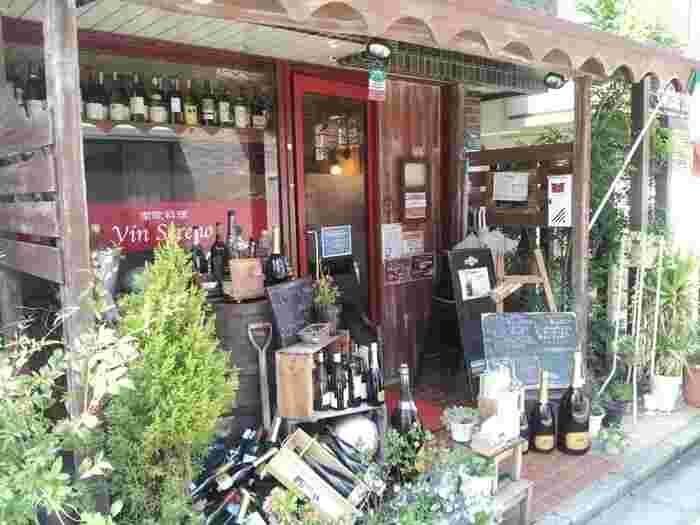 おいしくてリーズナブルで昼も夜も満足な南欧料理のお店。店の前には雑多にワイングラスが並んでいます。パスタや自家製魚介のソーセージ、アンティパストなどワインも食事も様々。