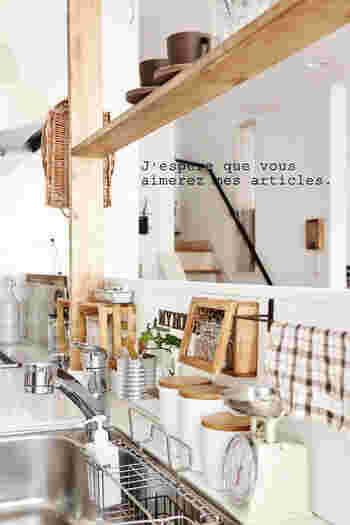 キッチンカウンターの上に、ディアウォールの棚を設置。リビングやダイニングからも見えるので、おしゃれな食器や小物を並べれば、カフェ風のインテリアに。