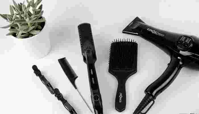 """髪のボリュームが気になる人やパサつきやすい人は、コテやアイロンを使う前にもヘアオイルを馴染ませましょう。ヘアオイルは髪の表面をコーティングしてくれるので熱ダメージから守り、潤いあるつややかな仕上がりにしてくれます。熱ダメージをいちばん受けやすい""""毛先から中間にかけて""""少しずつ馴染ませるのがポイントです。"""