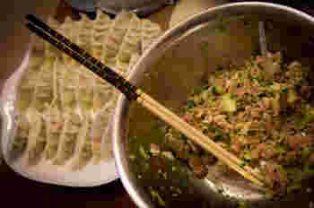 パリッとジューシーな餃子がお家でも作れたら最高ですよね。そんなおいしい餃子を作る裏技は「ジュレ」を入れること!ゼラチンジュレを作ってタネに入れるだけで、ジューシーさがグッとアップするのです!