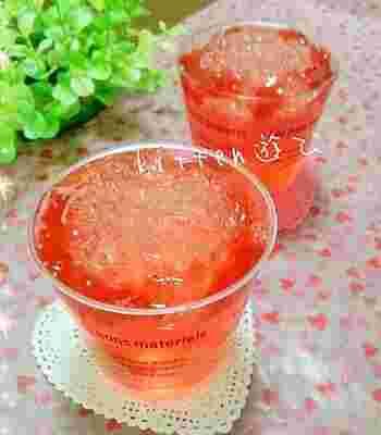 『イチゴ酒deキラキラゼリー』  キラキラとした透明感あるゼリーが涼しげです。暑い夏にぴったりですね。