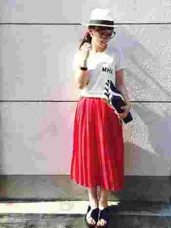 こちらは、真っ赤なプリーツスカートとのコーディネート。その他のアイテムをモノトーンで統一することで、さらに赤が引き立ちます。メガネもハットと相性抜群のアイテムですね!