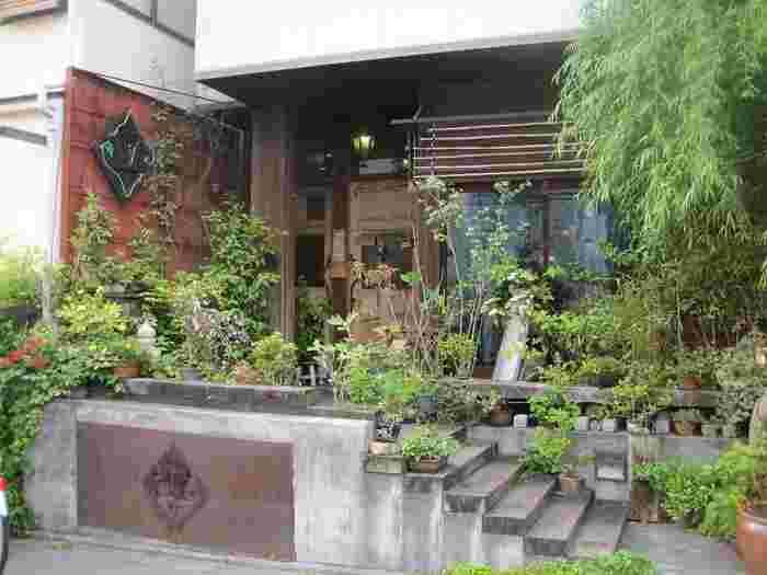猫町は、圓光寺から徒歩15分ほど。京都造形芸術大学のすぐ近くにあるお店です。まるで森のような外観がおしゃれですね。