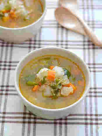 野菜たっぷりのスープにツナ缶を加えた簡単スープ。野菜をラー油で炒めた、ピリ辛の味付けが食欲を刺激しそう。