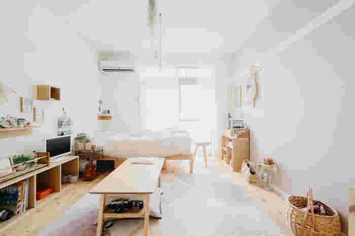 お部屋の奥と片方の壁に沿って家具を配置するL字レイアウト。片方に家具を寄せ、もう一方の壁に余白を残すことがポイントです。この余白のおかげで、ワンルームでも窮屈さを感じさせません。