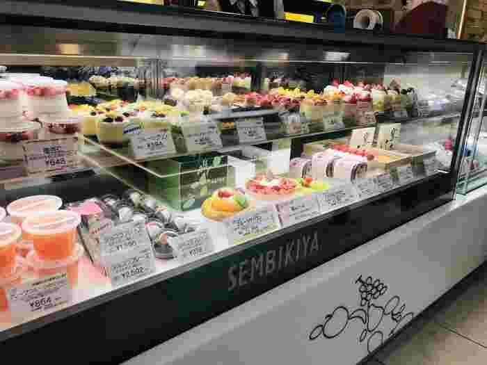 1881年創業の、果物の老舗として知られる「京橋千疋屋(キョウバシセンビキヤ)」。高品質でフレッシュな高級フルーツを扱っています。フルーツゼリーなど、お祝いギフトにぴったりな商品も扱っていて、あらゆる層に人気のお店。