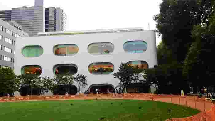 きれいで広くて機能的、JR武蔵境駅から徒歩1分、夜10時まで開館という使いやすさも評判の図書館といえば東京都武蔵野市にある複合施設「武蔵野プレイス」。