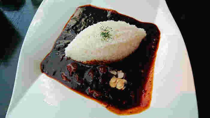 丸善の創業者が考案したとされる「元祖・早矢仕ライス」は、ありあわせの食材を煮てごはんと一緒に食べたことが始まりと言われています。その伝統のハヤシライス「ポーク早矢仕ライス」と、牛肉と玉ねぎを加えたちょっと贅沢な「ビーフプレミアム早矢仕ライス」を両方いただけるのが、こちらの「ポーク&ビーフ早矢仕ライス」です。