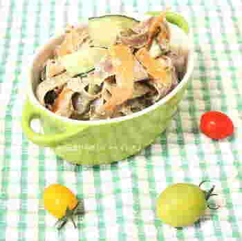 リボンサラダは、100円ショップなどでも手軽に購入できるピーラーを使うと、とっても簡単に作ることが出来ます。ごぼう、ニンジン、キュウリをリボン状にして、胡麻マヨで和えれば完成!