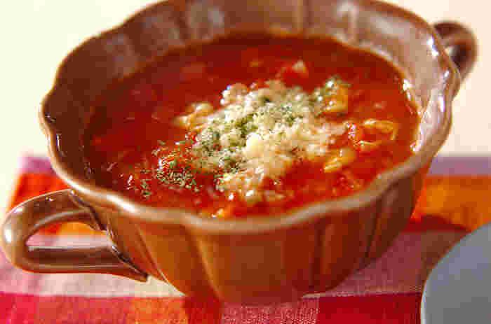 トマトベースのクラムチャウダーはアサリの塩気がちょうどよく、旨みが染みわたっています。アサリの水煮とトマト缶を使い、手軽に作れるのが良いですね。  しっかり味付けしているので、パスタソースにもおすすめ。