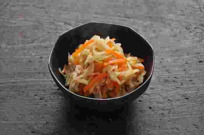 家庭の定番おかず「切干大根の煮物」は、ごはんも進むように出汁をきかせて少し甘めの仕上げに。まとめて作って、冷凍保存もできますよ。