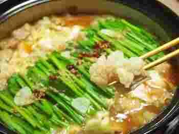ニンニクやニラをたっぷり入れたもつ鍋は、男性人気も高い鍋のひとつです。ニンニクや唐辛子はお好みで調節しながら、自分流のもつ鍋を完成させてくださいね♪