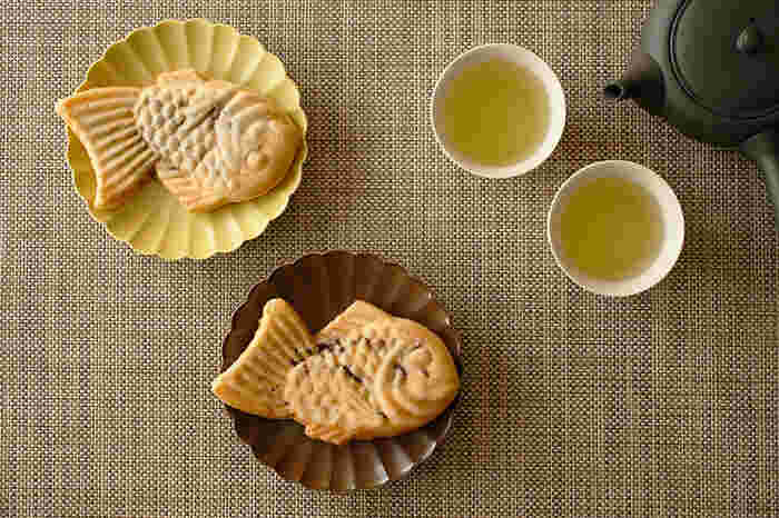 日本の伝統の技を生かしながら、現代の生活に自然と馴染み、暮らしを彩る器を扱う磁器ブランド「ジコン/JICON」。こちらは食卓が華やかになる菊がデザインされたお皿です。可憐な花をモチーフとし、色ムラのあるカラーが独特の佇まいをみせる趣のある器です。