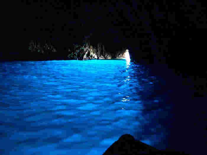 南イタリアを代表する観光地として人気を誇る青の洞窟は、ナポリ湾沖に浮かぶカプリ島の断崖にできた海食洞です。洞窟内の美しさは傑出しております。太陽光の反射によって青く輝く水面、洞窟入口から差し込む光が織りなす幻想的な光景は、この世のものとは思えないほど神秘的です。