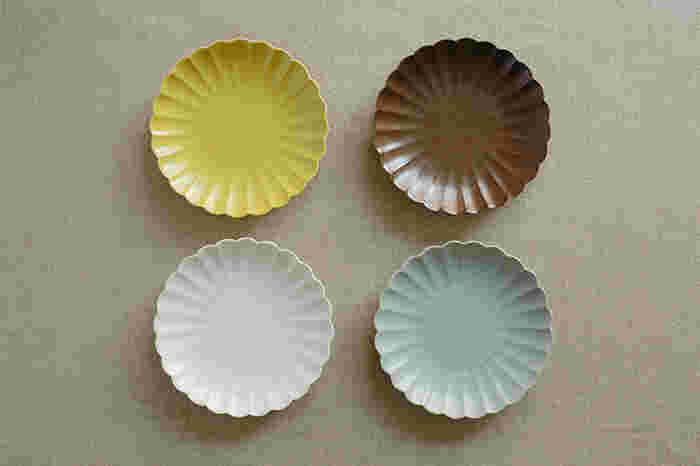 カラーは、あたたかみのある黄色が華やかな「菜花黄」。生成りに近いナチュラルなカラーが上品な「白」。赤味を帯びた茶色が落ち着きのある「錆茶」。少量の緑色とコバルト色により、青とも灰色ともつかないやさしくさわやかな色合いの「浅葱鼠」の4色。