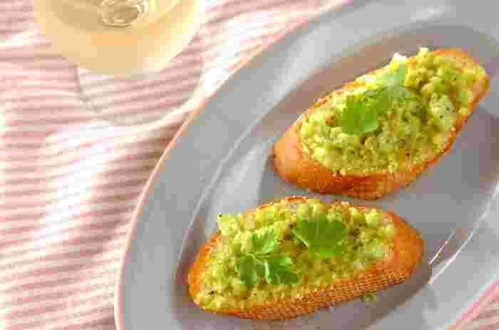 お家飲みならフランスパンにいろんな具材を乗せておつまみにできます。 そら豆とチーズのブルスケッタはお酒が進みそう!
