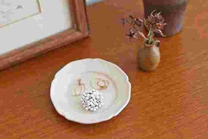小さなお花がたくさん集まった繊細な佇まいのブローチ。なくさないよう、ほかのアクセサリーと合わせて小皿や豆皿などに置いておくのも良いですね。シンプルなほかのアクセサリーに華を添えて、インテリアの働きもしてくれます♪