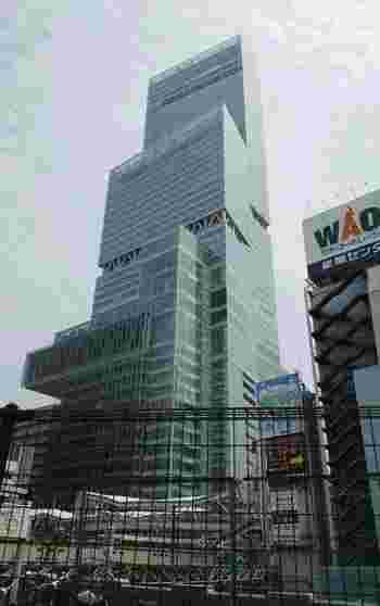 最寄り駅はJR環状線「天王寺」、近鉄南大阪線「大阪阿部野橋」、地下鉄御堂筋線・谷町線「天王寺」の各駅よりすぐ。一際高くそび立つ建物が「あべのハルカス」です。