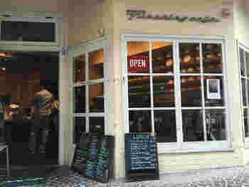 店名の通り「ファイヤーキング」の食器を使ったカフェです。インテリアは、アメリカンダイナーといった感じですが、お料理はインドネシアのシェフが作る本格派。