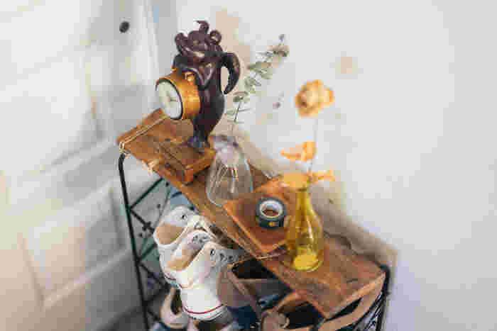 湿気の残った靴をすぐに靴箱に入れると、カビや臭いの原因に。それに一人暮らしのお部屋では、玄関に大きな靴箱があることは少ないもの。どうしても、玄関に脱いだ靴をそのまま置いておくことが多くなってしまいます。でもお客様が来れば最初に目に入る玄関ですから、湿気対策もオシャレにしたい!