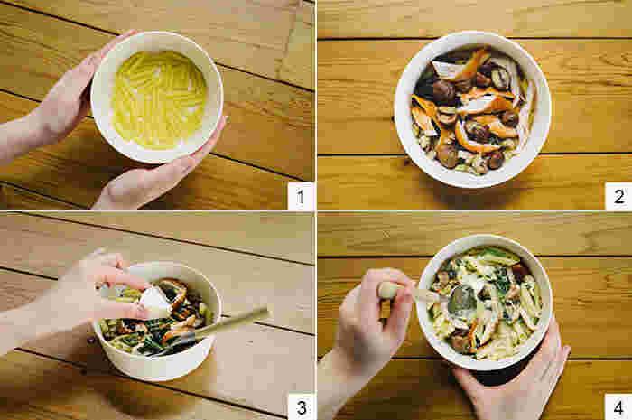 (1)器にパスタを入れ、ほうれん草、水、塩を加えひと混ぜします。 (2)(1)の上に、2~3つに割った甘栗と割いたチキンをのせ、フタをして[600Wで4分]加熱します。 (3)軽く混ぜ、真ん中を凹ませて、そこにチーズを置きフタをして再び[600Wで1分]加熱します。 (4)チーズがソースになるように混ぜ、お好みでブラックペッパーをふって出来上がり。