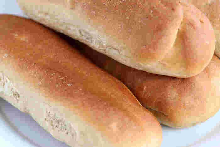 給食を思い出す、懐かしの「コッペパン」。その由来は一説ではフランス語で「切られた、切った」などをあらわす「クッペ(Coupe)」からきていると言われています。