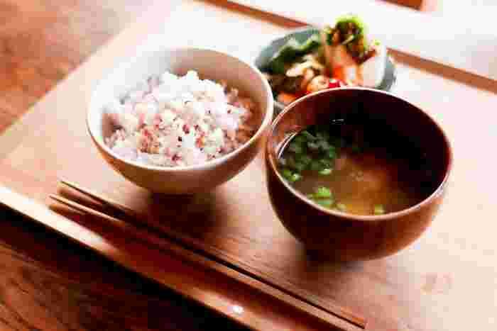 和食はカラダにいいと分かっていても、ついつい簡単なパン食になりがち。「なんだか胃の調子が悪い」「肌が荒れている」と感じたら、和食のよさを見直すチャンスです。 味噌や納豆、醤油といった発酵食品、良質なタンパク質の豆腐や魚、ミネラルたっぷりの海藻。和食には、肌や腸内環境を整えてくれる食材ばかり。何品も作るのがめんどくさいと感じるなら、具沢山の味噌汁を作って、あとはご飯と漬物があれば十分と考えてみるのはどうでしょう。力を入れすぎなくても大丈夫。朝食に和食を取り入れてみましょう。