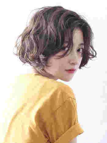 前髪なしのショート×パーマは、清楚な色気を漂わせます。耳下くらいの長さに全体を揃えると、顔の形や首にかけてのラインがキレイに見せられますよ♪