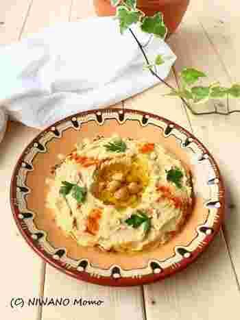 フムスとは、中東の伝統料理のひとつです。茹でたひよこ豆をつぶしてオリーブオイルやレモン汁、にんにくや練りごまを加えてペーストにしたものです。