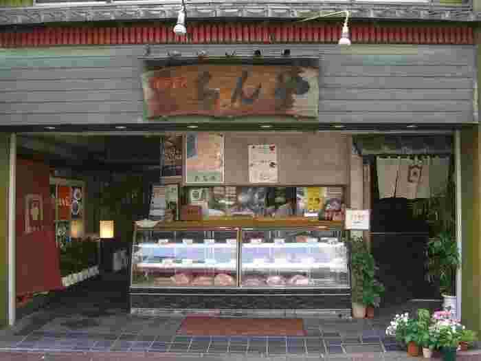創業60余年の精肉店「ちんや」。1階は洋食、2階はすき焼き丼などの丼系と、それぞれ違ったランチを楽しめるお店になっています。