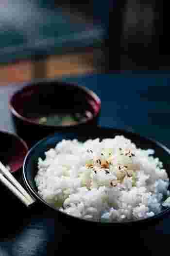 一日の始まりは、ホカホカの白ごはんから。白くてつやつやのお米は、素敵なお茶碗に入るとなお美しさが引き立ちます。