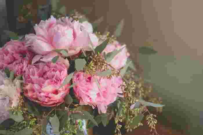 """お花のある暮らしを始めてみたいけれど、どんなお花がいいか分からなかったり、花屋さんが近くになかったりと、ちょっとしたハードルを感じてしまうもの。初心者の方ならなおのことですよね。今回ご提案する「花暮らし」は、気負わず始められて、もっとリラックスしてお花を楽しむためのものです。基本のおさらいをはじめ、「花暮らし」の楽しみ方や""""お花の定期便""""をご紹介します。"""