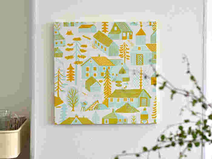 北欧で生まれたファブリックパネル。ポスターと違って、自分の好きな布を使って簡単に作ることができます。お部屋のメインになるように大きいサイズはもちろん、小さめのものをいくつか組み合わせて飾っても素敵です。